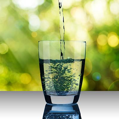 Ein Glas mit Heilwasser